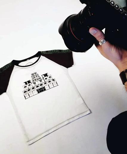 Fotografiando camisetas para exponer en la web por Brais Seara