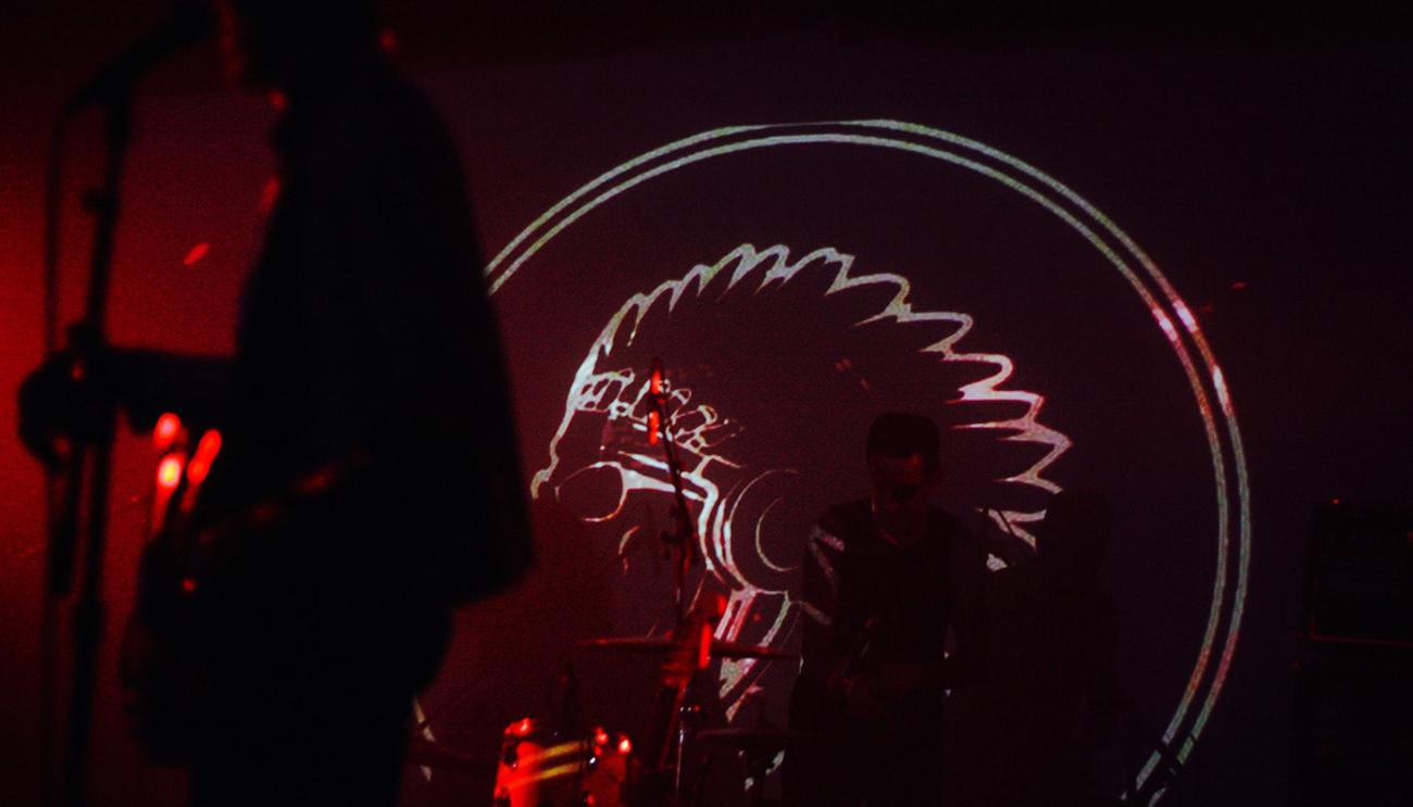 El logo proyectándose en directo durante la actuación